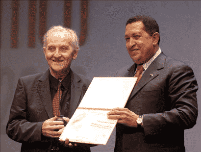 Chávez presenting Mészáros with the Libertador (Bolívar) Award for Critical Thought, September 14, 2009. Photo by Alfonso Ocando (Prensa Presidencial/MinCI)