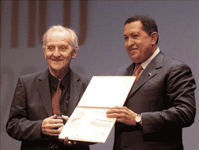 Chávez presenting Mészáros with the Libertador (Bolívar) Award for Critical Thought, September 14, 2009. Photo by Alfonso Ocando (Prensa Presidencial/MinCI)